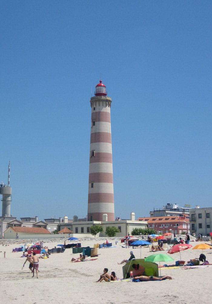 """Playa """"cerrada"""" de Barra con el faro al fondo playas de Aveiro"""