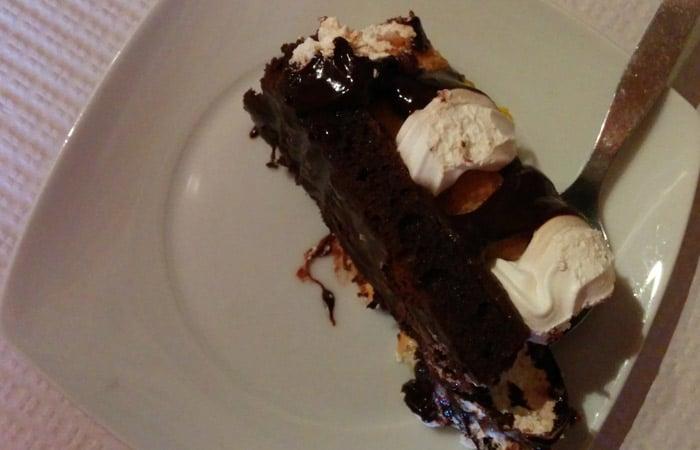 Tarta de chocolate con profiteroles del restaurante El Dorado de Foios Portugal