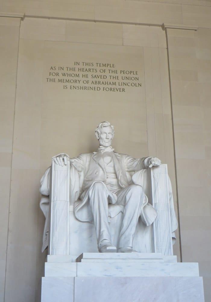 Escultura obra de Daniel Chester French dentro del Monumento a Lincoln Washington