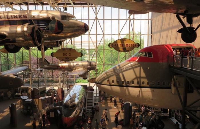Vista del hall principal del Museo Nacional del Aire y el Espacio de Estados Unidos Washington