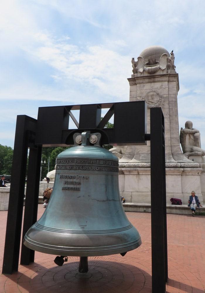 Réplica de la campana de la libertad frente a Union Station Washington
