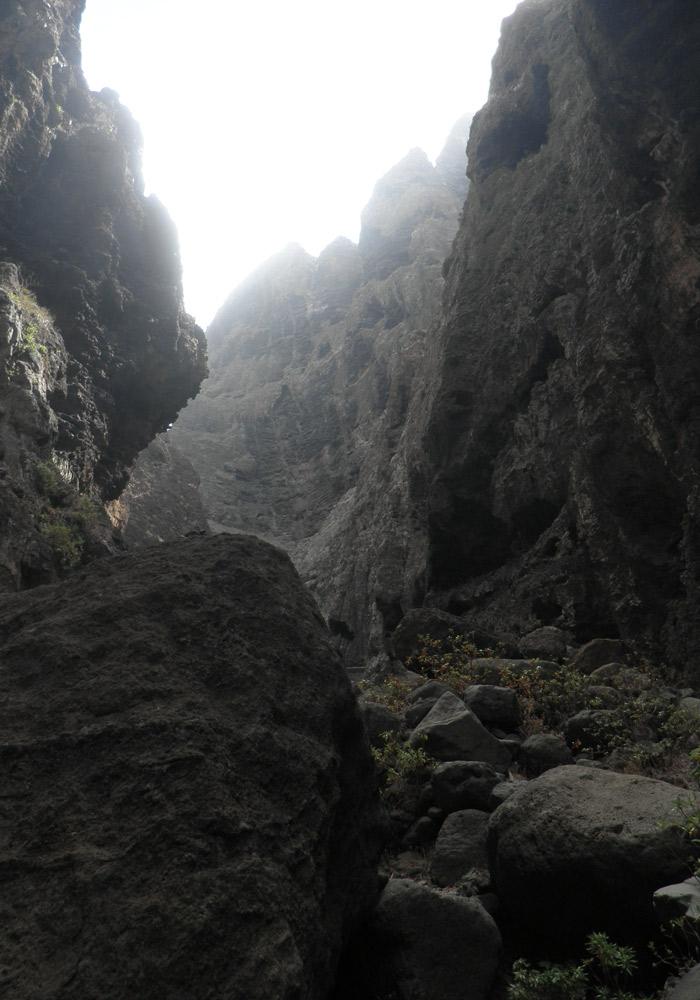 Sendero entre rocas de la ruta Masca Tenerife