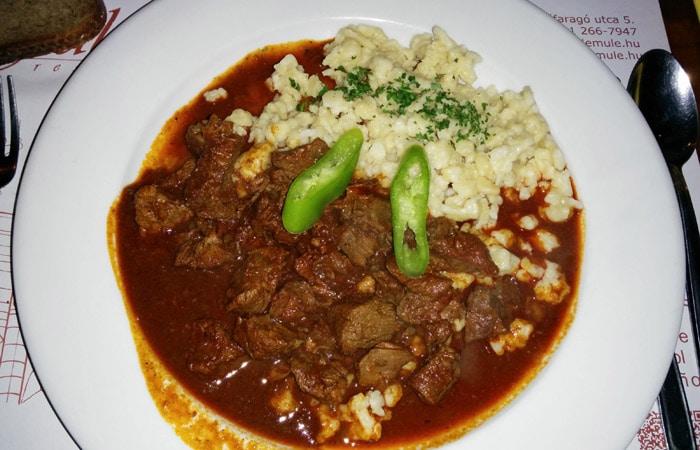 Gulash en el Fülemüle étterem comer en Budapest