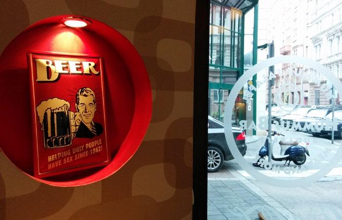 Gracioso mensaje en el Hummus Bar comer en Budapest