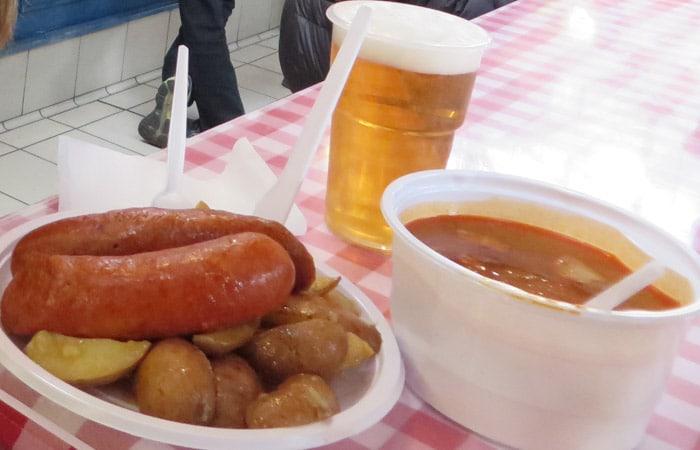 Salchicha con patatas y sopa de gulash en el Mercado central comer en Budapest