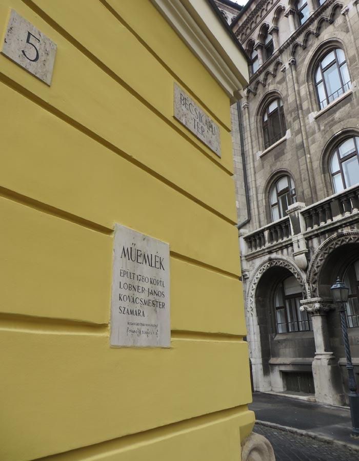 """Placa """"Müemlek"""" en un edificio de Buda"""