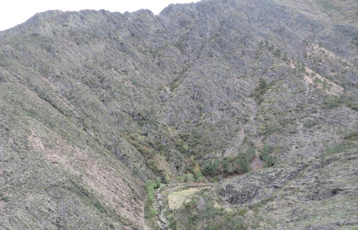 El río Hurdano encajonado entre las montañas senderismo en Las Hurdes