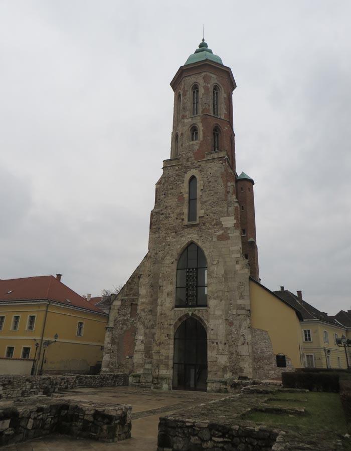 Torre de la iglesia de María Magdalena en Buda