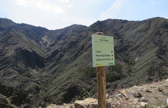 Señalización tras dejar el Mirador del Ceño para afrontar el último tramo hasta la presa Majá Robledo senderismo en Las Hurdes