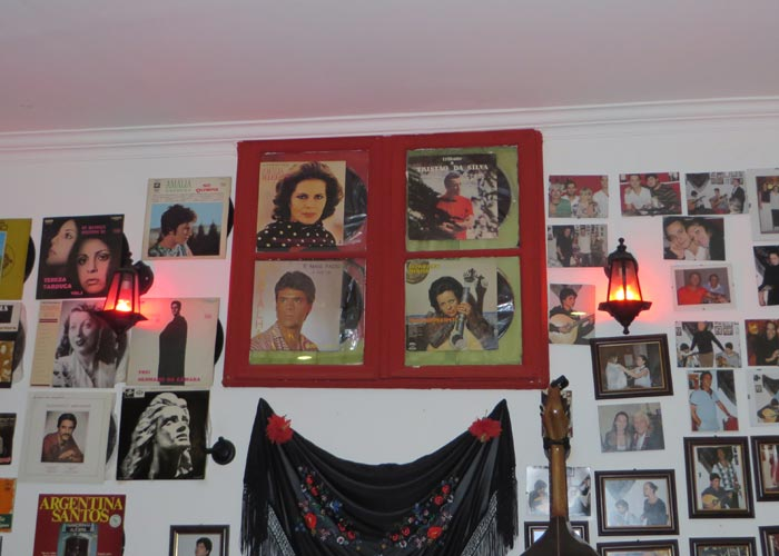Decoración con discos y fotografías en Boteco da Fá comer en Lisboa