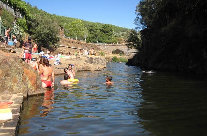 Bañistas en la piscina natural de Las Mestas
