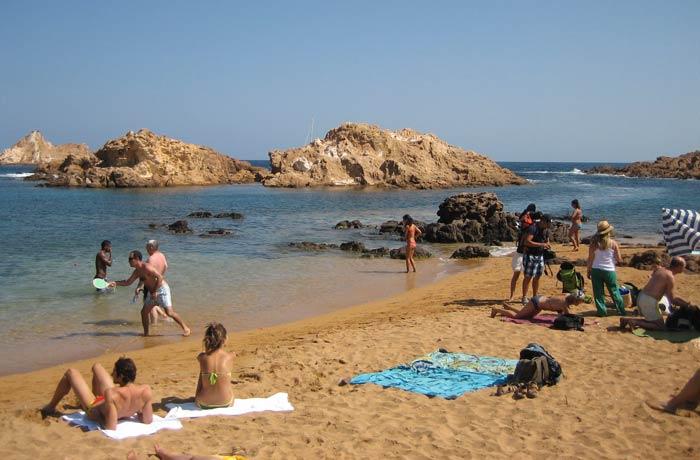 Bañistas en Cala Pregonda mejores calas de Menorca