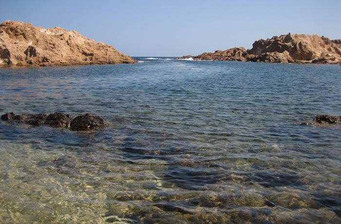 Agua cristalina de Cala Pregonda mejores calas de Menorca