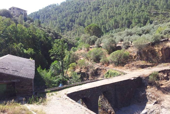 Puente y antiguo molino junto a la piscina natural de Las Mestas