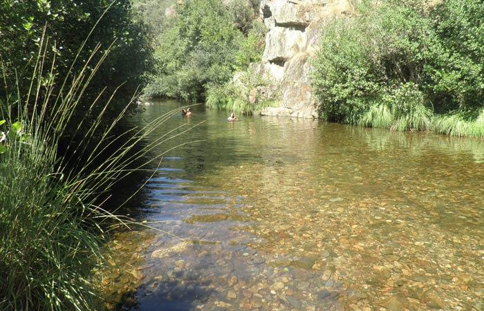 El río Ladrillar en otra de las zonas próximas al Charco de la Olla piscina natural de Las Mestas