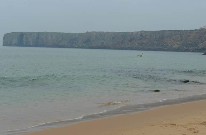 Playa da Mareta en Sagres con el cabo de la Fortaleza de la ciudad al fondo mejores playas del Algarve