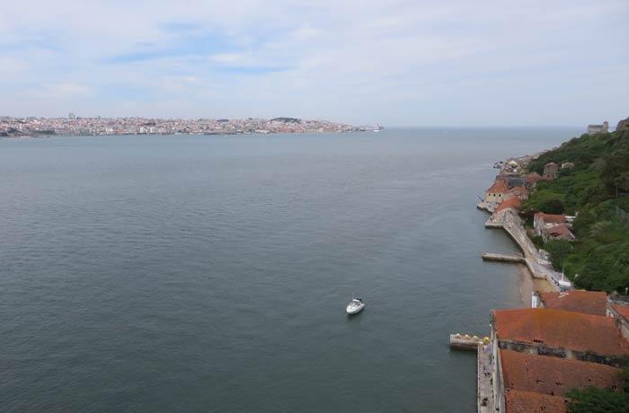 Panorámica del Tajo y Lisboa desde el ascensor Boca do Vento Cacilhas