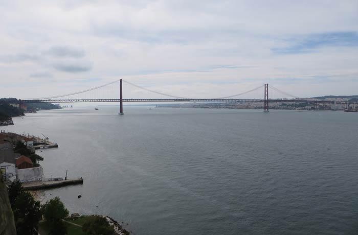 Puente 25 de Abril desde el ascensor Boca do Vento Cacilhas