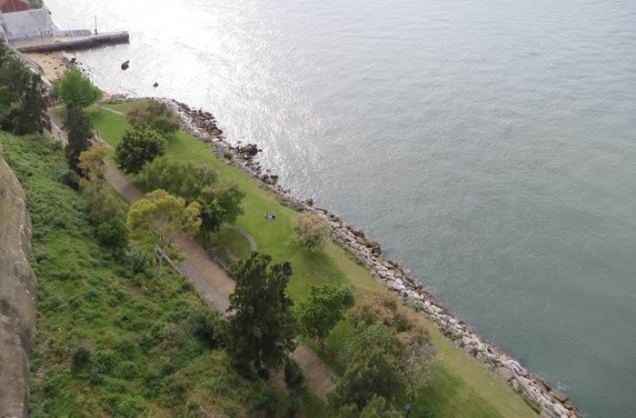 Zona ajardinada junto al mirador Boca do Vento Cacilhas