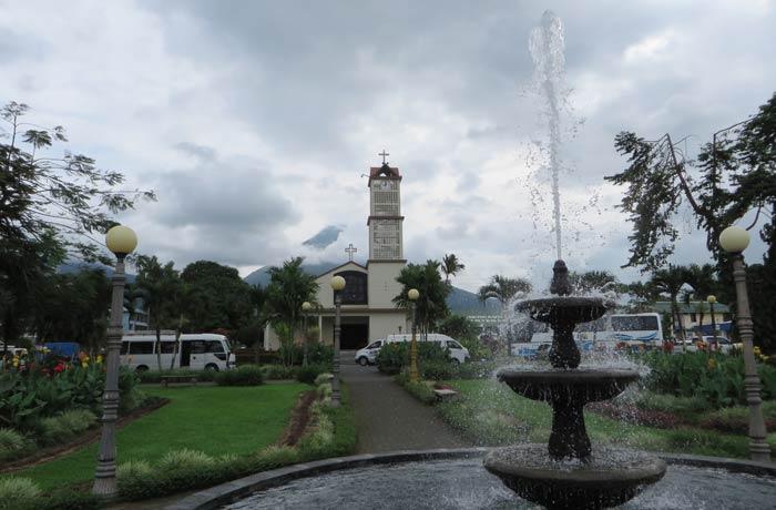 Iglesia de La Fortuna de San Carlos y Volcán Arenal al fondo