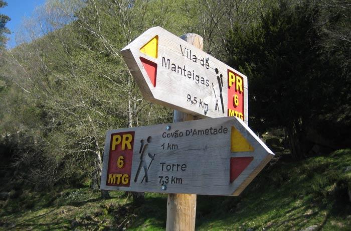 Señalización de la ruta a un kilómetro del Covao d'Ametade Sierra de la Estrella