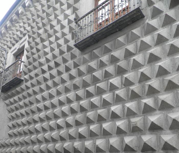 Detalle de la Casa de los Picos qué ver en Segovia en un día