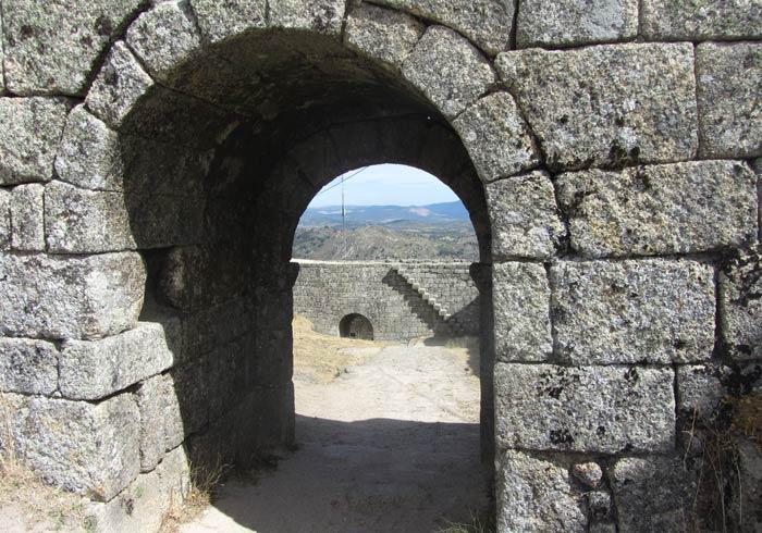Porta da Traiçao que da acceso al Castillo de Monsanto Portugal
