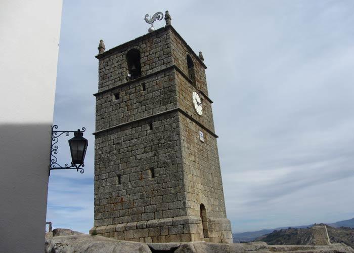 Torre del Reloj o de San Lucas con el gallo de plata en su parte más alta Monsanto Portugal