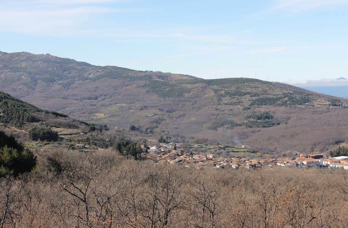 Vista de Candelario y su entorno desde la ruta