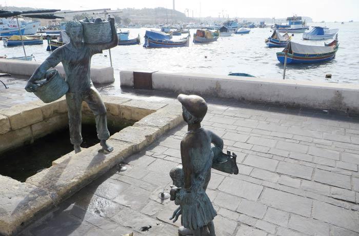 Esculturas de bronce de niños pescadores en Marsaxlokk