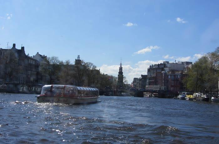 Una de las vistas del paseo en barco por los canales de Amsterdam mejores paseos en barco de Europa
