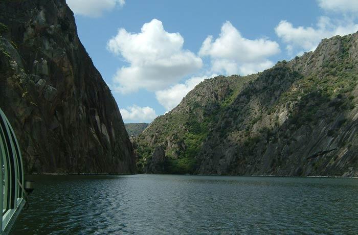 Vista típica de las Arribes del Duero desde el barco mejores paseos en barco de Europa