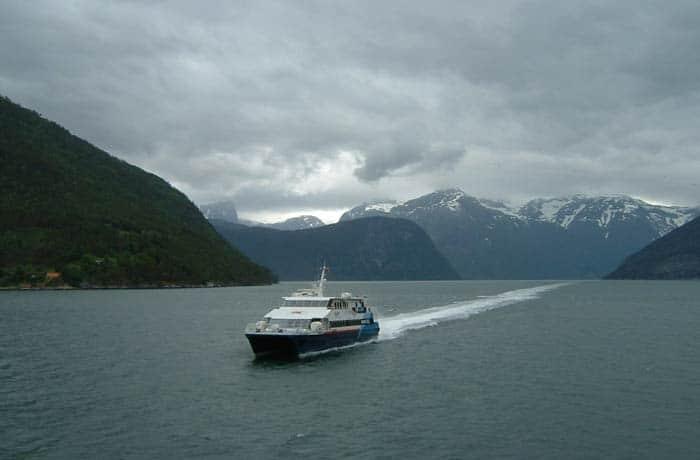 Vistas desde el barco que hace el recorrido entre Gudvangen y Flam en los fiordos noruegos mejores paseos en barco de Europa