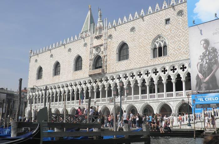Palacio Ducal de Venecia desde la góndola mejores paseos en barco de Europa