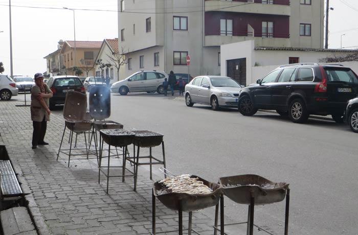 Parrillas a la puerta del restaurante Casa Figueiras comer en Furadouro