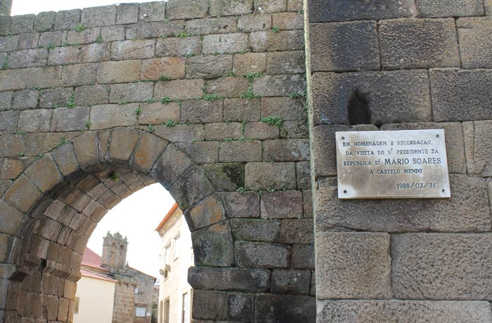 Placa en recuerdo a la visita de Mario Soares a Castelo Mendo