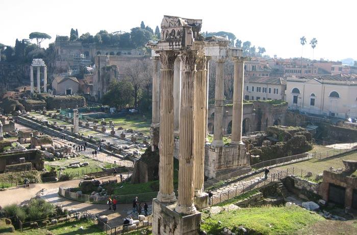 Las tres columnas que quedan en pie del Templo de Vespasiano vistas desde el Tabularium Coliseo y Foro Romano