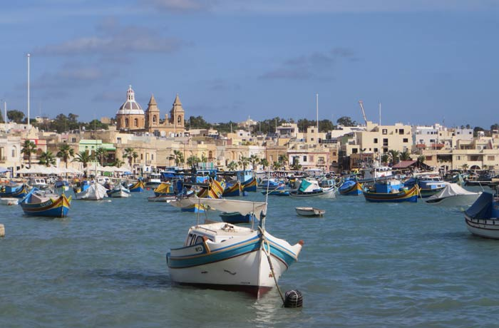 Típica vista de Marsaxlokk al final de su paseo marítimo