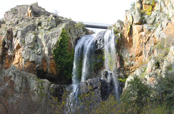 Vista de la parte superior de la Faia da Água Alta cascadas en Portugal