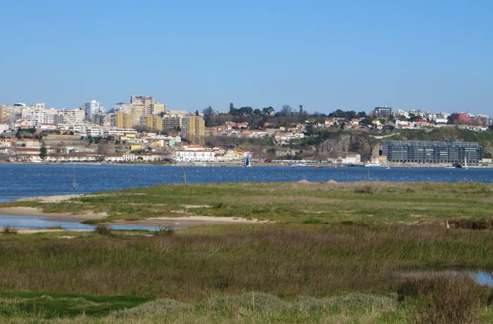 Reserva Natural del Estuario del Duero con Foz do Douro a la izquierda de la imagen