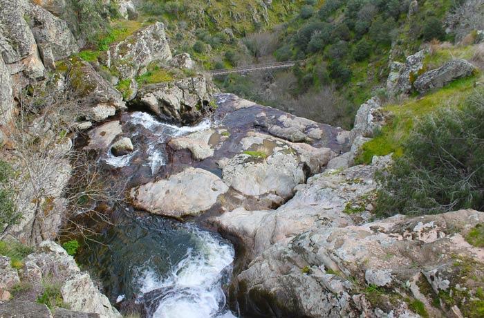 Inicio de la cascada vista desde el puente ubicado en la parte superior cascadas en Portugal