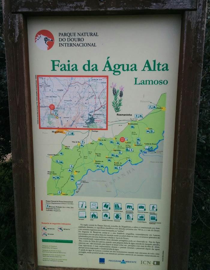 Panel que se puede ver en Lamoso que indica la ruta hasta la Faia da Água Alta cascadas en Portugal
