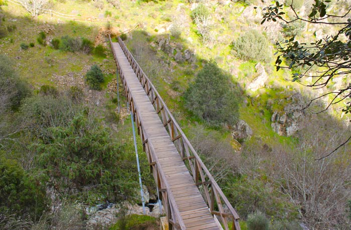 Pasarela inferior para ver de forma frontal la Faia da Água Alta cascadas en Portugal