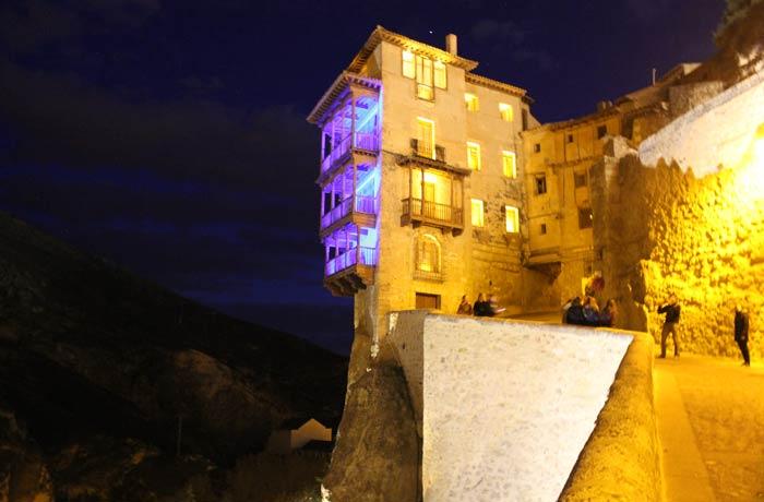 Vista nocturna de las Casas Colgadas Cuenca en tres días