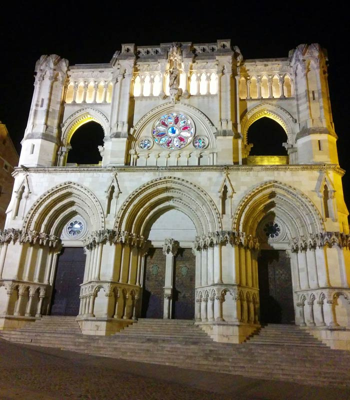 Vista nocturna de la Catedral Cuenca en tres días