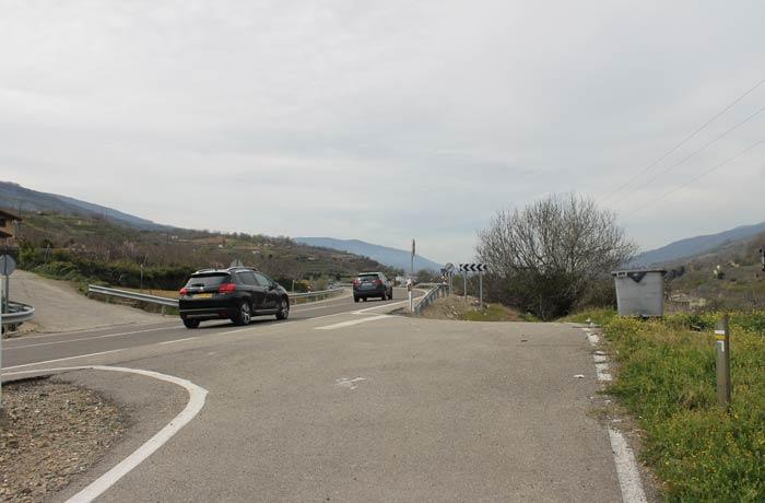 Momento en el que hay que cruzar la carretera N-110 y tomar la pista que aparece a la izquierda de la imagen senderismo en el Jerte