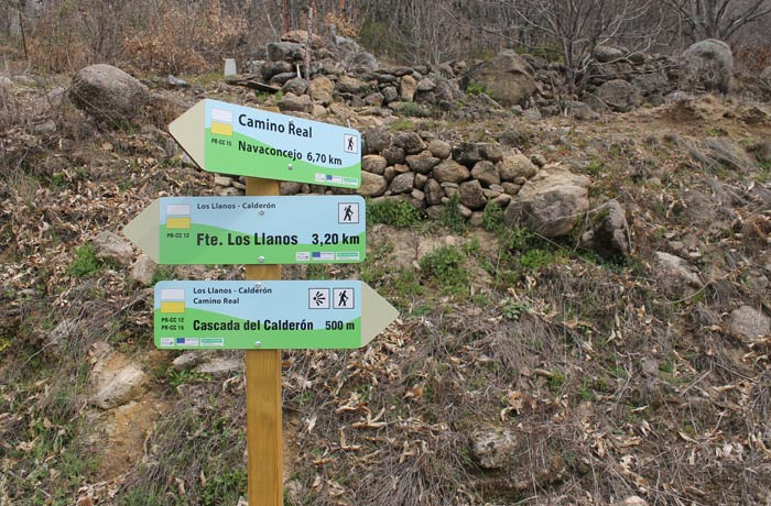 Indicaciones en el tramo final de la ruta donde hay que tomar la dirección de la Cascada del Calderón senderismo en el Jerte