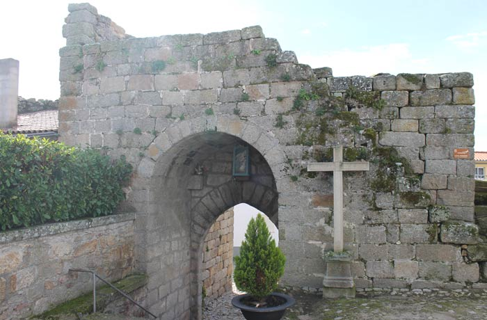 Puerta de la Villa en la muralla medieval Castelo Bom