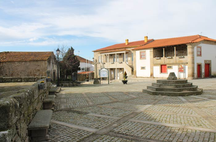 Plaza presidida por los restos del pelourinho Castelo Bom