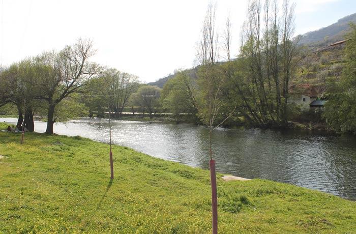 Río Jerte a su paso por Navaconcejo que vemos a nuestra derecha al comienzo de la ruta senderismo en el Jerte